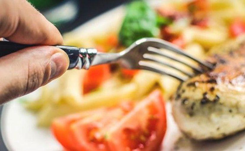 Hacer una dieta estricta solo por una temporada no es saludable, según una experta. (americatv)