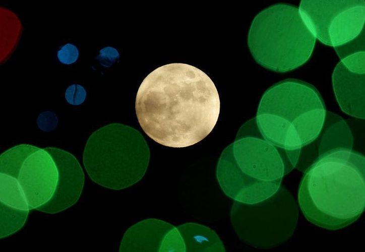 La teoría de que la Luna está formada con restos de otros planetas o satélites es de hecho muy antigua. (AP/Charlie Riedel)