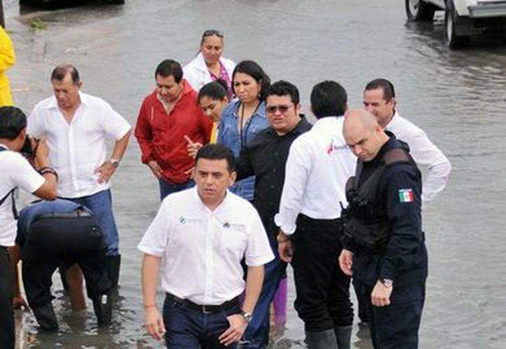 Edil de Cozumel camina en las colonias populares para atender las peticiones de los habitantes. (Redacción/SIPSE)