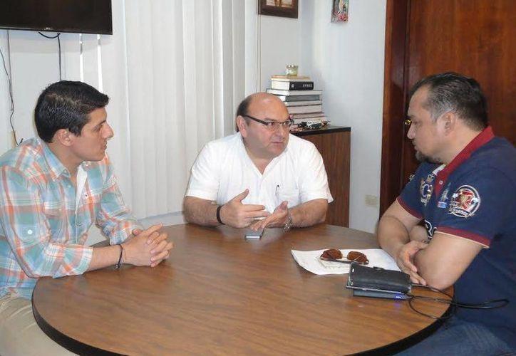 El titular de la DTEY, Humberto Hevia, y el representante de la empresa Ryde&Go. (SIPSE)