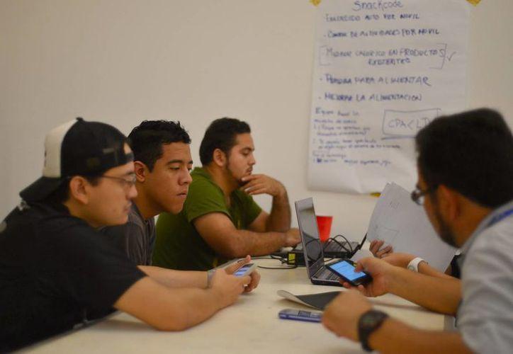 Cada vez más jóvenes se interesan en los proyectos tecnológicos como una forma para emprender. Imagen de un grupo de jóvenes emprendedores. (Milenio Novedades)
