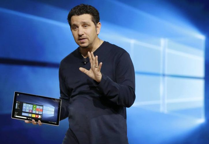 Panos Panay, vicepresidente de Microsoft a cargo de Surface Computing, habla de la nueva Surface Pro 4 durante una presentación en Nueva York. (Agencias)