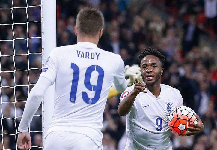 El próximo 18 de octubre se llevará al cabo del sorteo para definir los partidos de repechaje para la Eurocopa 2015. La imagen es de contexto, y corresponde al encuentro entre Inglaterra y Estonia. (AP)