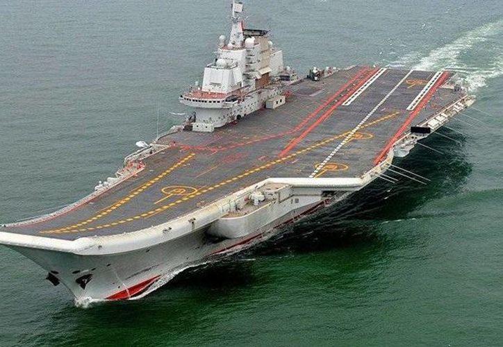 El primer portaviones de la armada china, Liaoning, es un barco de la era soviética que fue comprado a Ucrania en 1998, ahora realizan el segundo buque con ayuda de tecnología nacional. (AP)