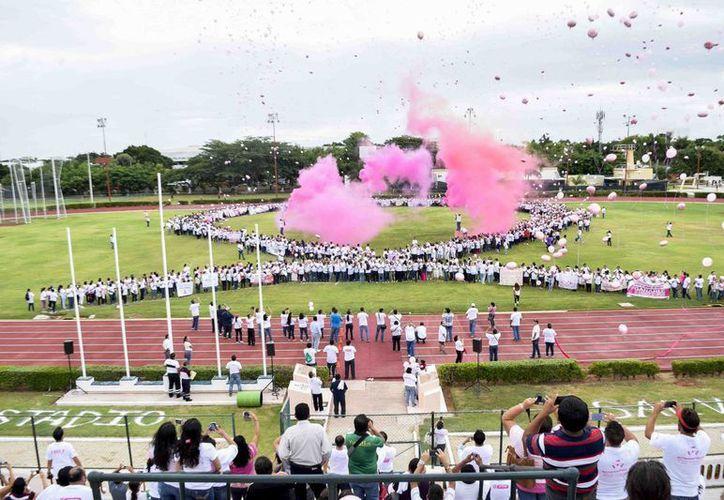 En el estadio 'General Salvador Alvarado' se llevaron a cabo una caminata, una feria y otras actividades para promover el combate al cáncer de mama. (SIPSE)