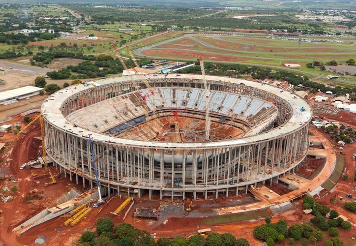 Foto de enero de 2013 suministrada por el sitio de la Copa del Mundo de Brasil del estadio Mane Garrincha en Brasilia. (Agencias)