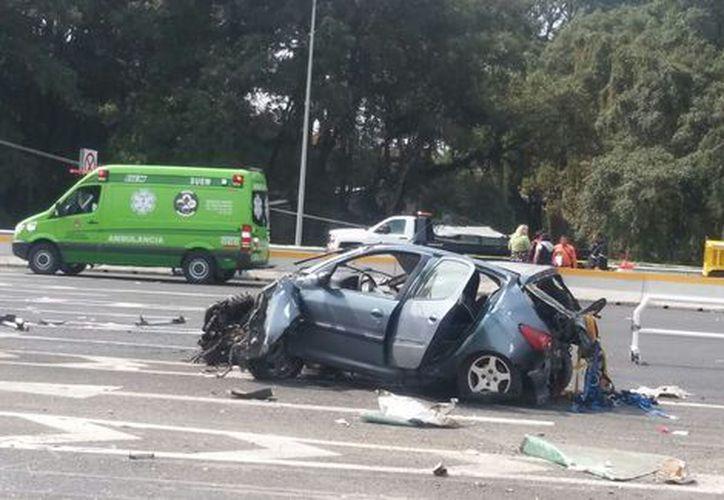 La pesada unidad en su paso destrozó los vehículos, también parte de la caseta. (Milenio)