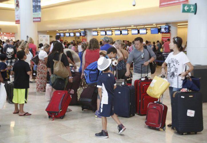 La revisión migratoria a los extranjeros para la entrada al país, es un trámite que toma mucho tiempo y da mala imagen al destino. (Israel Leal/SIPSE)