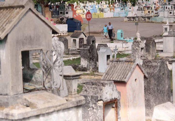 En el año 2013, en Yucatán, se registraron 12 mil 063 muertes: seis mil 660 fueron hombres y cinco mil 402 fueron mujeres. Imagen del cementerio general. (Jorge Acosta/SIPSE)
