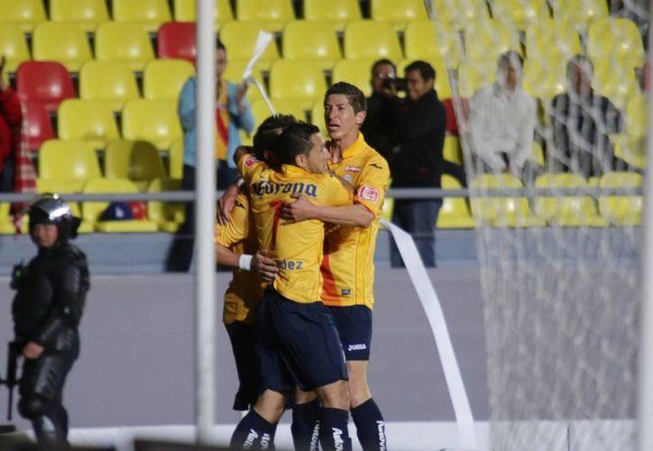 En su primera campaña con Monarcas Morelia, Marco Palacios, Pikolín (de frente) estuvo a punto de ser suspendido seis partidos por un presunto escupitajo contra Oribe Peralta. (Notimex)