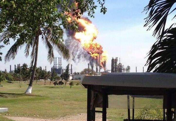 En redes sociales, circularon varias imágenes del incendio en la refinería. (Twitter)