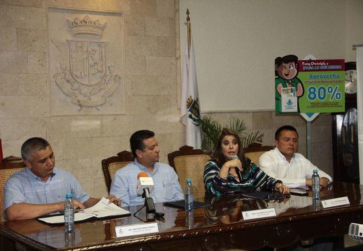 Imagen de la rueda de prensa en donde la directora de Tesorería y Finanzas, Laura Muñoz Molina, anunció el programa de apoyo de deudores de predial. (Jorge Acosta/SIPSE)