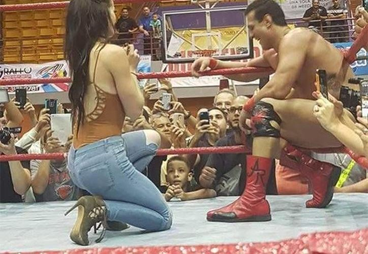 Ambos luchadores comenzaron su relación cuando formaban parte del elenco de la empresa estadounidense WWE.(Foto tomada de Twitter/ @WNsource)