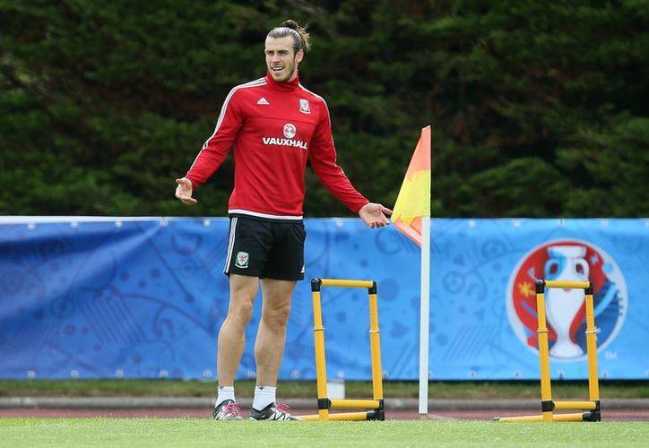 Garreth Bale se nota muy relajado de cara a la histórica semifinal euroepa entre su selección, Gales, y Portugal. (Fotos: AP)