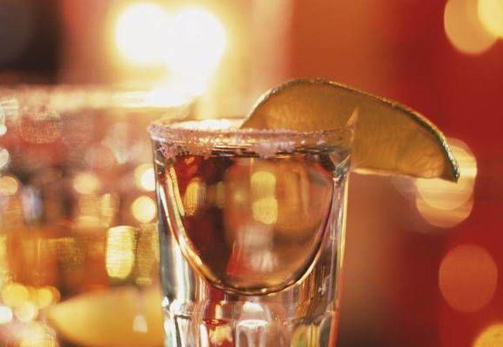 Los alumnos organizaron uan cata y degustación de bebidas como el mezcal, sotol, tequila blanco y añejo para los asistentes. (Redacción/SIPSE)