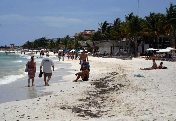Las playas públicas de Playa del Carmen siguen sin un plan para que se les coloquen regaderas y baños públicos.  (Octavio Martínez/SIPSE)