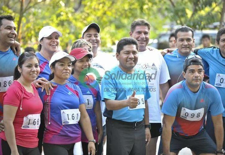 Filiberto Martínez, junto a funcionarios públicos que asistieron al evento dominical. (Redacción/SIPSE)