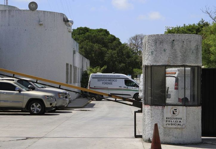 El cuerpo fue trasladado por la Semefo para realizarle la necropsia de ley. (Tomás Álvarez/SIPSE)