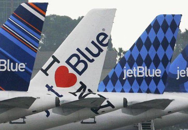 Un avión de la aerolínea JetBlue tuvo que regresar al aeropuerto internacional de Santo Domingo por una amenaza de bomba. (Archivo/AP)