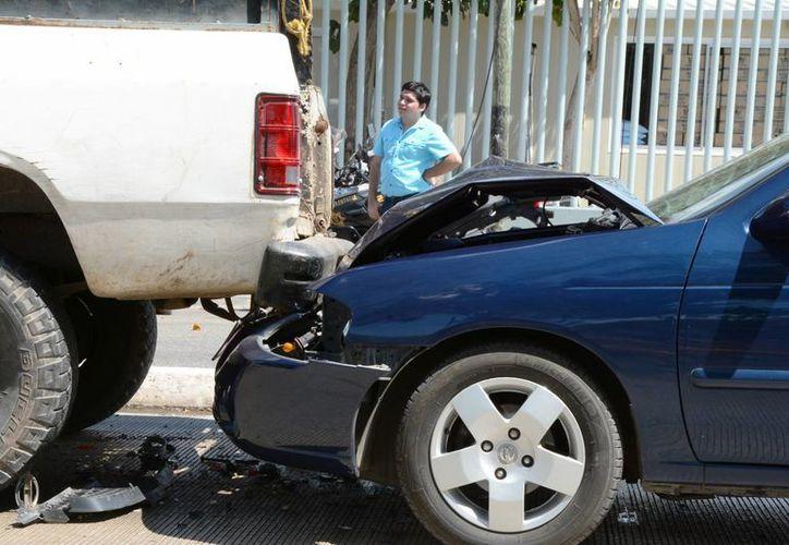 El vehículo Sentra fue el que más daños presentó tras la carambola. (SIPSE)