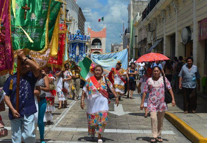 Este lunes se registró fuerte calor por la mañana y al mediodía en Mérida. En la imagen, el paso del gremio del Cristo de las Ampollas por el centro de la ciudad. (Luis Pérez/SIPSE)