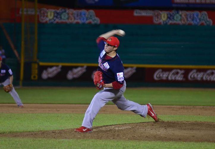 El lanzador yucateco de Rojos, Manuel Flores, solo permitió dos jits a Leones en el tercer y último partido de la serie. (Luis Pérez/Milenio Novedades)