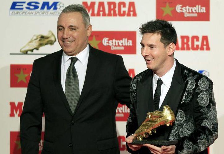 Dos grandes de vena azulgrana: Hristo Stoichkov le entrega la Bota de Oro a Lionel Messi. (Efe)
