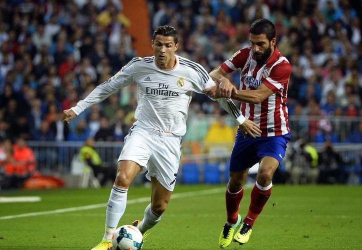 La UEFA castigó severamente a los dos equipos madrileños. (AP)
