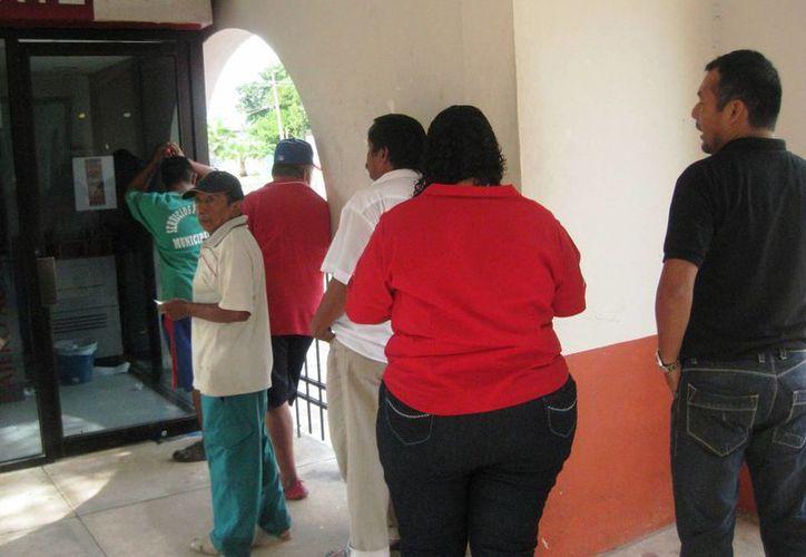 El servicio en el módulo bancario instalado en Bacalar, es limitado. (Javier Ortiz/SIPSE)