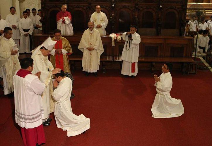 Ordenación sacerdotal de  Daniel Ortiz Torres y Freddy Tzuc Canché. El evento fue presidido por el Arzobispo Gustavo Rodríguez en la Catedral de Mérida. (César González/SIPSE)