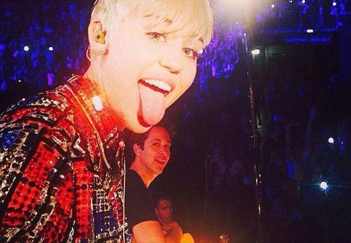 La cantante Miley Cyrus no ceja en su intento de generar polémica: durante un concierto en Londres causó furor por su baile erótico. (Facebook/Miley Cyrus)