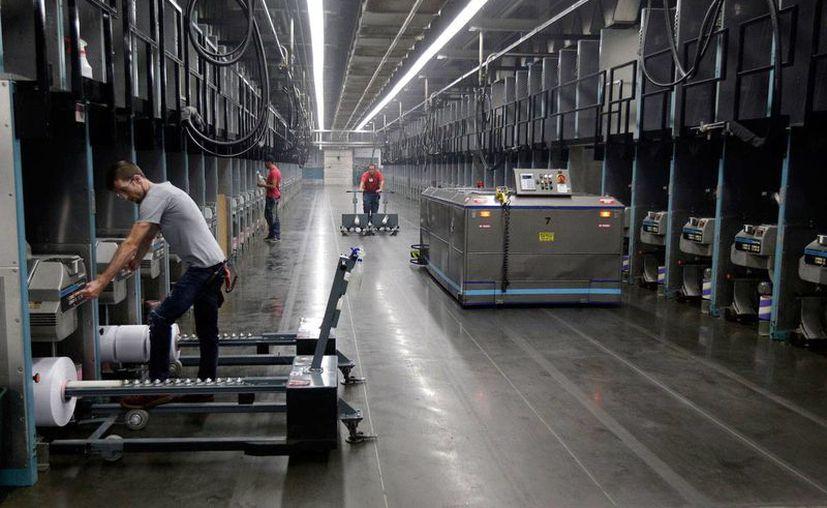 Un reporte del Centro Pew indica que la mayoría de los empleados siguen siendo estadounidenses o inmigrantes autorizados. En esta imagen del 21 de octubre de 2016, se ve a trabajadores de la empresa Unifi, en Yadkinville, N.C. (AP/Chuck Burton)