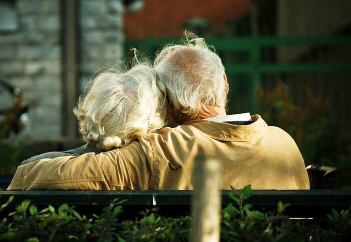 La pérdida del vigor sexual es una de las preocupaciones de los hombres que se someten a tratamiento para el cáncer de próstata. Imagen de un par de ancianos abrazados. (Agencias)