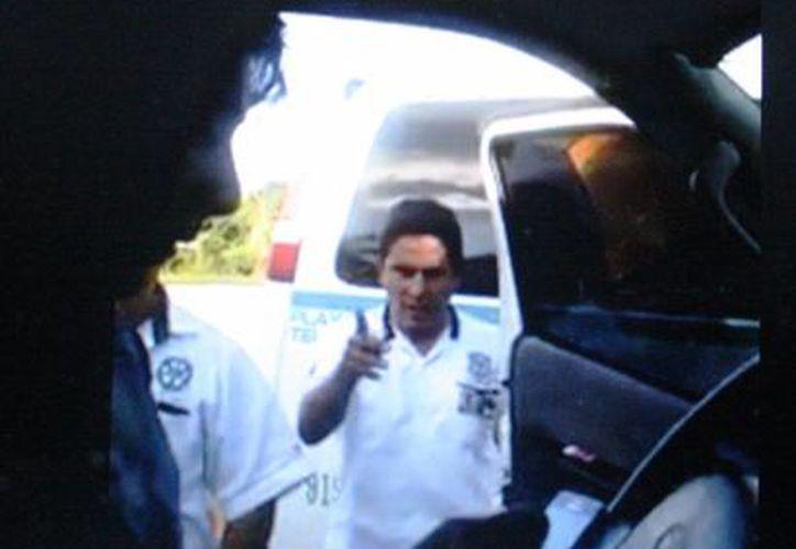 La camioneta de transporte de turistas que fue señalada por taxistas como ilegal, cuenta con todos los permisos para operar, según la Sintra. (Captura de pantalla)