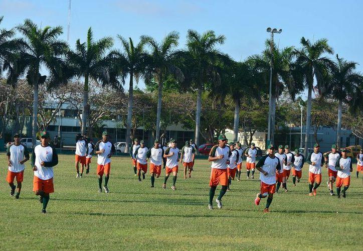 Jugadores de Leones de Yucatán se entrenan para enfrentar a Piratas de Campeche como visitantes en la apertura de la Liga Mexicana. (Milenio Novedades)