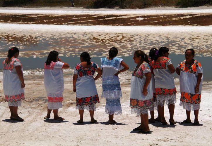 Las mujeres realizan de manera artesanal, como lo hacían sus ancestros, la cosecha de la sal. (Consuelo Javier/SIPSE)