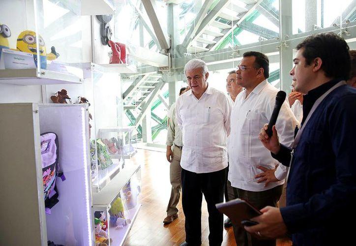 El gobernador Rolando Zapata Bello durante un recorrido por las Jornadas Expo Ingenio 2014. (SIPSE)