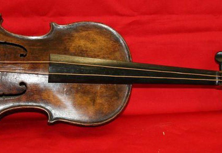El violín tocado por el director de orquesta del Titanic sería subastado en al menos seis cifras. (Agencias)
