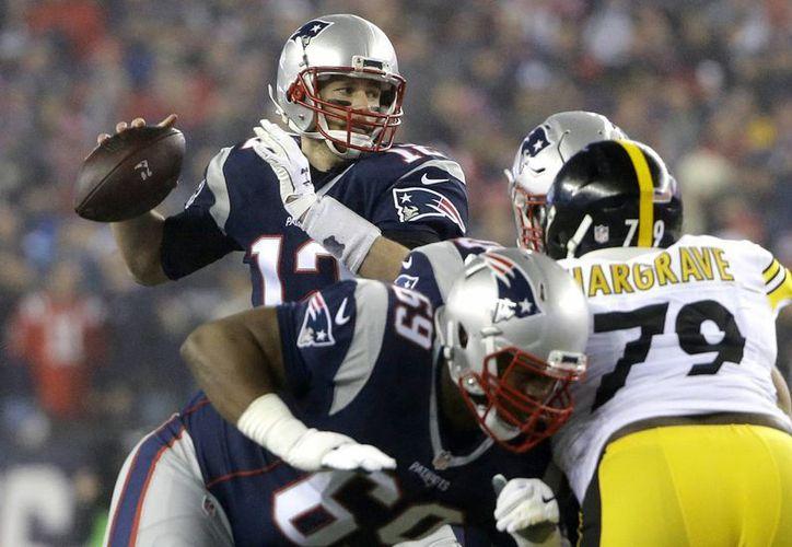 Tom Brady y compañía jugarán la próxima temporada en el Estadio Azteca, ante los Raiders de Oakland.(Elise Amendola/AP)