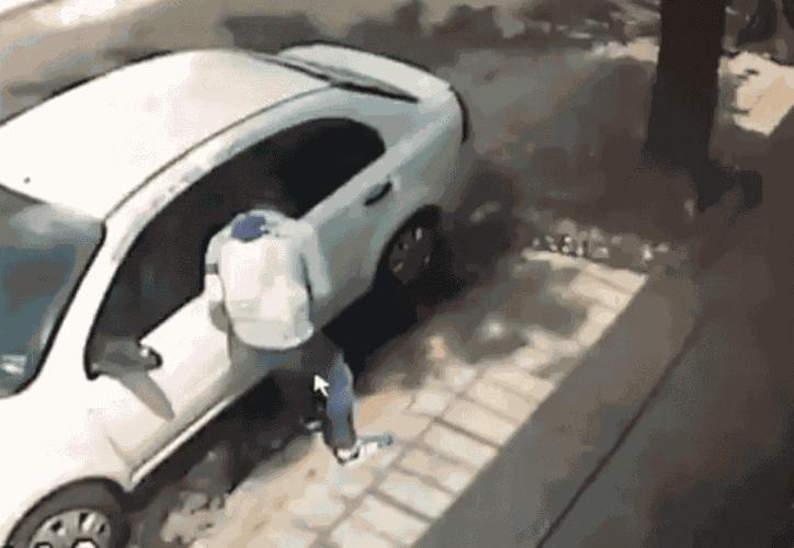 Un hombre roba un auto en menos de 20 segundos, en la delegación Gustavo A. Madero. (Foto: Captura de video)