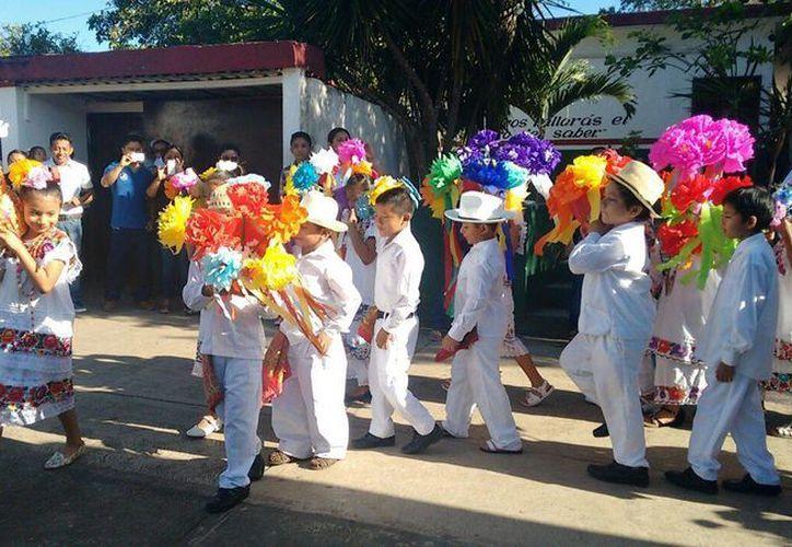 """Los niños presentaron el baile de la """"Cabeza de Cochino"""". (Raúl Balam/SIPSE)"""