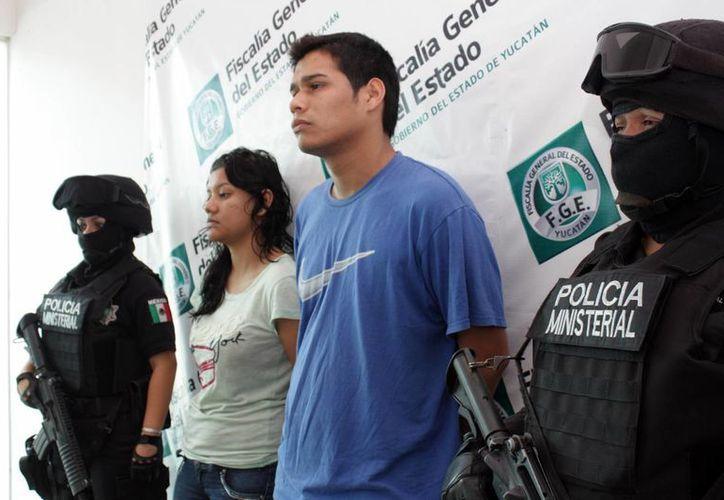 La presentación del sicario veracruzano Erick Armando Osorio Bárcenas y su pareja sentimental, en la SSP Yucatán, en 2011. (SIPSE)