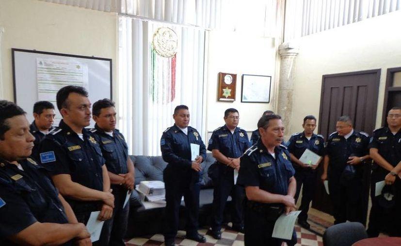 En sencilla ceremonia se entregaron los certificados de Educación Media Superior a los agentes que concluyeron sus estudios. (Cortesía)