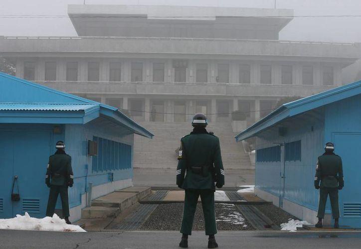 Soldados de Corea del Sur montan guardia en la zona de seguridad conjunta en la aldea de tregua de Panmunjom, en la frontera entre Corea del Sur y Corea del Norte. (EFE)