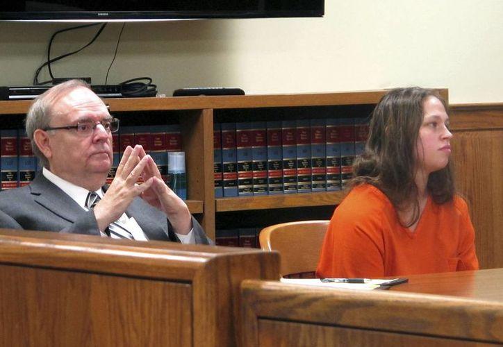 Brittany Pilkington y su abogado Marc Triplett escuhan a un juez en Bellefontaine, Ohio. Pilkington está acusada de asfixiar a sus tres hijos. (AP/Andrew Welsh-Huggins)