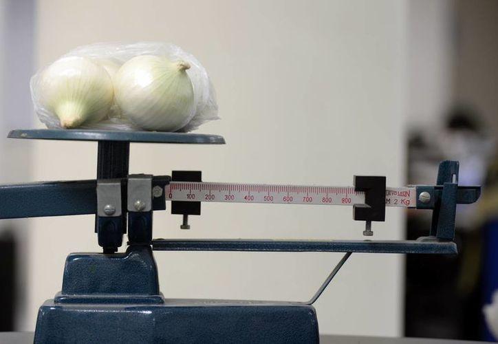 El kilogramo incompleto de cebolla adquirido en el mercado costó 20 pesos, y se espera aumente de precio. (Milenio Novedades)