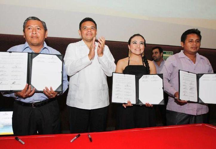 """El gobernador Rolando Zapata y 14 alcaldes sentaron ayer el marco normativo y las bases legislativas para crear la Reserva Estatal Geohidrológica """"El anillo de cenotes"""". (Cortesía)"""