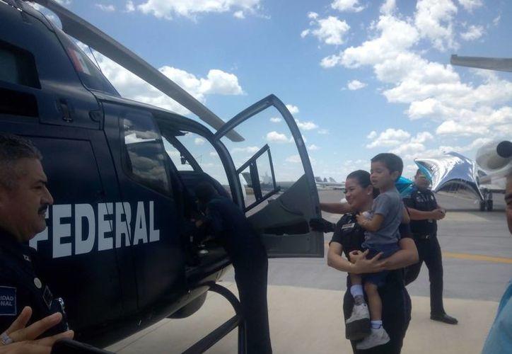 El niño disfrutó de un breve vuelo en el helicóptero, Colibrí, de la Policía Federal. (Eric Galindo/SIPSE)