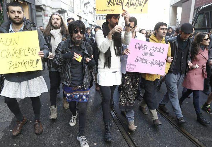 Hombres turcos protestan contra la violencia machista en el paíse a raíz del asesinato de la estudiante Özgecan Aslan, el 11 de febrero pasado, a manos de un conductor de minibús que intentó violarla, hoy en Estambul, Turquia. (EFE)