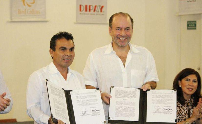 Gustavo Cisneros Buenfil (d), presidente de la Coparmex Mérida y Ricardo Béjar Herrera, delegado del Trabajo en el Estado, durante la firma de un acuerdo para bajar el índice de accidentes laborales. (Foto cortesía del Gobierno estatal)